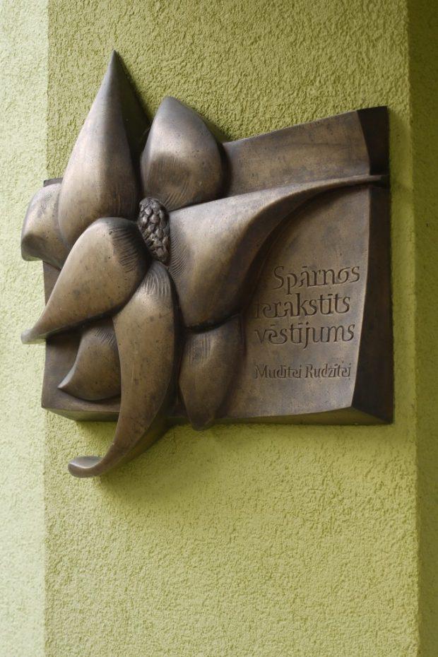 Piemiņas plāksne Zieds, 2009. Bronza 80x61x10cm.  Sākumskolas Taurenītis teritorija, Jūrmala, Latvija.