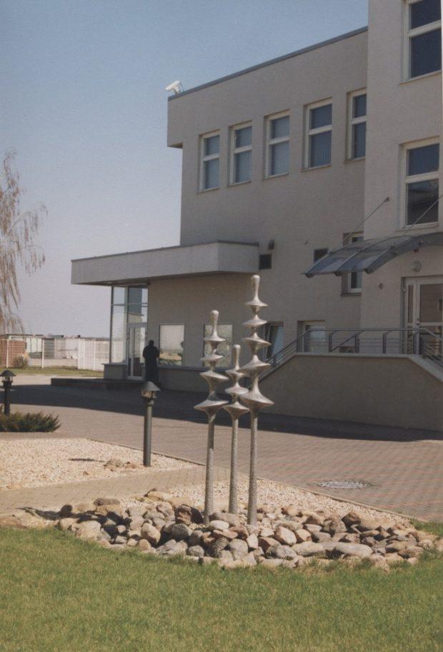 Strūklaka Diski, 2000. Alumīnijs. Augstums: 2.30m. ANS mācību centra pagalms, Rīga, Latvija.