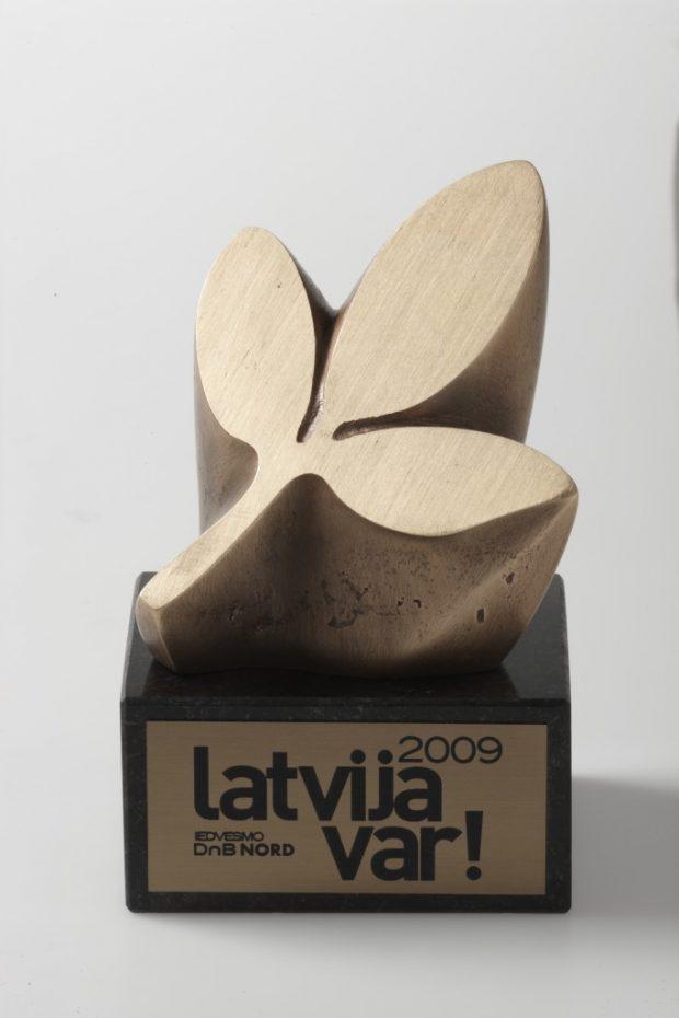 Balva Latvija var! 2009. Bronza, granīts. 14x10x8 cm. SIA P.R.A.E. sabiedriskās attiecības pasūtījums.