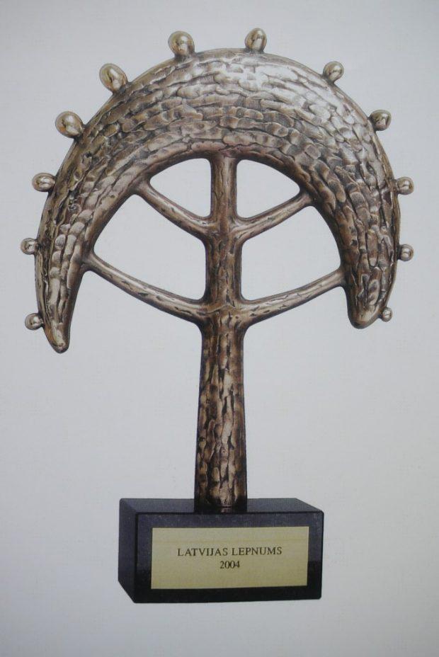 Balva projektam Latvijas Lepnums - Zelta ābele, 2004. - 2009. Bronza, granīts. 30x21x8. A/S Diena pasūtījums.