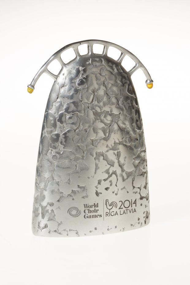 Balva Pasaules koru olimpiāde 2014. 2013. Alimīnijs, dzintars. 22x16x6 cm.
