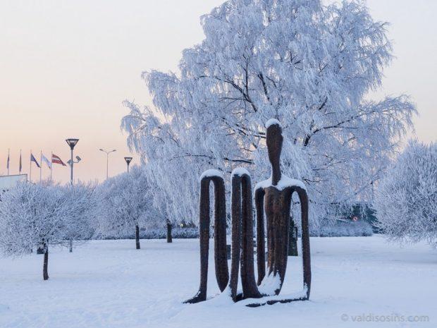 Pilsētvides skulptūra Rīgas torņu skaitītājs, 2007. Bronza. Augstums 3.7m. Zaļajā zonā pie Swedbank centrālās ēkas. Ķīpsala, Rīga, Latvija.